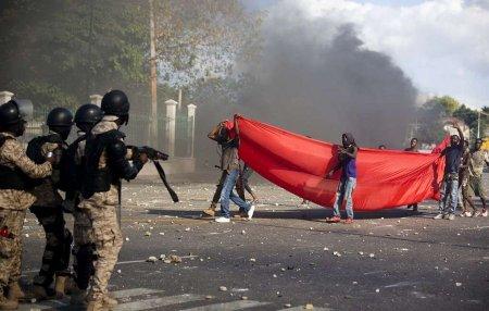 Гаитид жагсагчид АНУ-ын төрийн далбааг шатаажээ